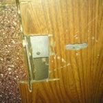 взломанная дверь